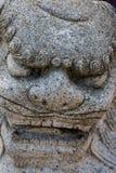 Ciérrese para arriba de una estatua feroz del león Fotos de archivo