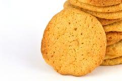 Ciérrese para arriba de una galleta de mantequilla peant hecha en casa que se inclina contra una pila de ellos fotos de archivo libres de regalías