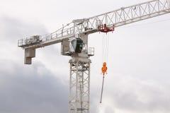 Ciérrese para arriba de una grúa de la construcción de edificios foto de archivo libre de regalías