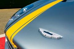 Ciérrese para arriba de una insignia del capo de Aston Martin imagenes de archivo