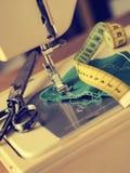 Ciérrese para arriba de una máquina de coser Imagen de archivo