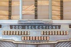Ciérrese para arriba de una máquina tocadiscos del vintage en los años 50 antiguos a los años 70 Imagen de archivo