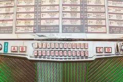 Ciérrese para arriba de una máquina tocadiscos del vintage en los años 50 antiguos a los años 70 Fotografía de archivo libre de regalías