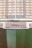Ciérrese para arriba de una máquina tocadiscos del vintage en los años 50 antiguos a los años 70 Fotos de archivo