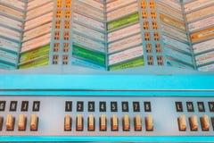 Ciérrese para arriba de una máquina tocadiscos del vintage en los años 50 antiguos a los años 70 Imagen de archivo libre de regalías
