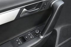 Ciérrese para arriba de una maneta de puerta de coche y controle el pannel Fotos de archivo