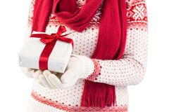 Ciérrese para arriba de una morenita festiva que sostiene un regalo Fotografía de archivo libre de regalías