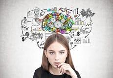 Ciérrese para arriba de una muchacha adolescente pensativa, dientes del cerebro imagen de archivo libre de regalías