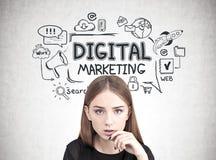 Ciérrese para arriba de una muchacha adolescente pensativa, márketing digital Foto de archivo libre de regalías