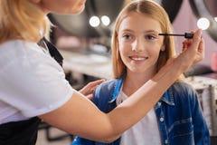Ciérrese para arriba de una muchacha bonita que hace rimel aplicar Fotos de archivo libres de regalías