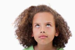 Ciérrese para arriba de una muchacha linda que mira sobre ella Fotografía de archivo