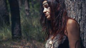 Ciérrese para arriba de una mujer del Amazonas debajo del árbol en el bosque, descansando almacen de video