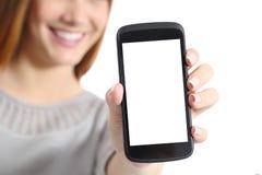 Ciérrese para arriba de una mujer divertida que sostiene una pantalla elegante en blanco del teléfono foto de archivo libre de regalías