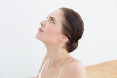 Ciérrese para arriba de una mujer hermosa que mira para arriba Imagen de archivo libre de regalías