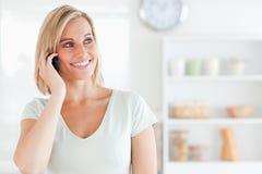 Ciérrese para arriba de una mujer joven en el teléfono Imágenes de archivo libres de regalías