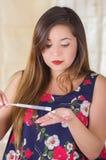 Ciérrese para arriba de una mujer joven sorprendida que lleva a cabo en sus manos un objeto médico y la crema utilizó para la med Imagen de archivo libre de regalías