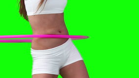 Ciérrese para arriba de una mujer que juega con un aro del hula almacen de metraje de vídeo