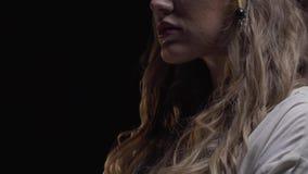 Ciérrese para arriba de una mujer rubia joven del pirata con las porciones de las pulseras, 4k metrajes