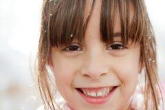 Ciérrese para arriba de una niña feliz con los copos de nieve fotos de archivo