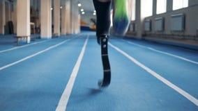 Ciérrese para arriba de una pierna prostética masculina y sana durante activar metrajes