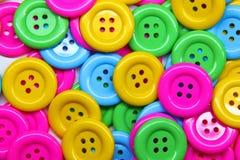 Ciérrese para arriba de una pila de botones de muchos colores Foto de archivo libre de regalías