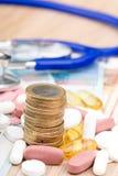 Ciérrese para arriba de una pila de dinero con las cápsulas Imagen de archivo