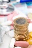 Ciérrese para arriba de una pila de dinero con las cápsulas Fotografía de archivo libre de regalías