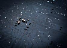 Ciérrese para arriba de una placa de circuito negra impresa del ordenador Fotos de archivo