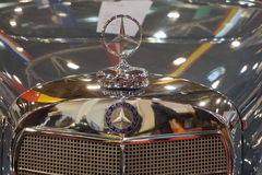 Ciérrese para arriba de una plata de lujo de Mercedes del emblema del coche Foto de archivo