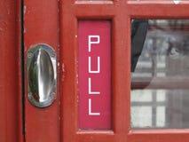 Ciérrese para arriba de una puerta británica roja tradicional de la cabina de teléfonos Fotos de archivo libres de regalías