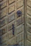 Ciérrese para arriba de una puerta lateral vieja adornada en la iglesia de Riddarholmen en el St Imagen de archivo libre de regalías