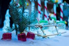 Ciérrese para arriba de una puntilla del árbol de navidad con los pequeños regalos cerca de Ador Foto de archivo