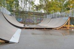 Ciérrese para arriba de una rampa en un parque del patín Imagenes de archivo