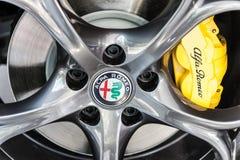 Ciérrese para arriba de una rueda de Alfa Romeo y de un sistema de frenos Fotografía de archivo