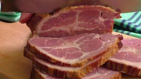 Ciérrese para arriba de una tabla de cortar con cerdo ahumado almacen de metraje de vídeo