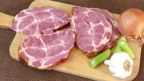 Ciérrese para arriba de una tabla de cortar con cerdo ahumado almacen de video