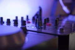 Ciérrese para arriba de una tabla de mezcla de la música con la luz llevada azul Fotos de archivo libres de regalías