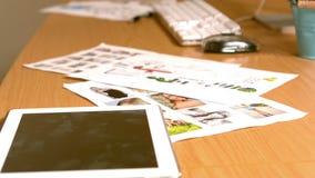 Ciérrese para arriba de una tableta, del ordenador y de algunos documentos almacen de metraje de vídeo