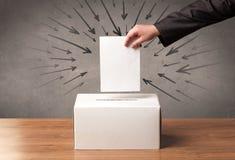 Ciérrese para arriba de una urna y de un voto de calidad fotografía de archivo