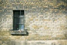 Ciérrese para arriba de una ventana en la pared de ladrillo del weatherd Foto de archivo libre de regalías