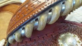 Ciérrese para arriba de una vista posterior occidental de la silla de montar de la demostración del caballo cuarto imagenes de archivo
