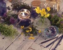 Ciérrese para arriba de vela negra con las hierbas curativas y copie el espacio Fotografía de archivo