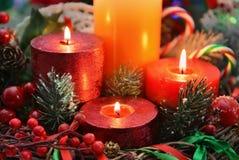 Ciérrese para arriba de velas de la Navidad con las decoraciones Imagen de archivo