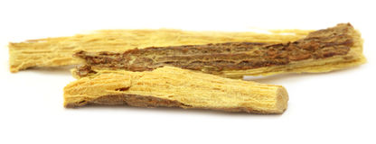 Yastimadhu medicinal sobre el fondo blanco imagen de archivo libre de regalías