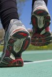 Atleta que corre en una pista Fotografía de archivo