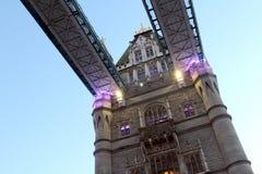 Ciérrese para arriba debajo del puente de la torre de Londres en Inglaterra crepuscular Reino Unido Imágenes de archivo libres de regalías