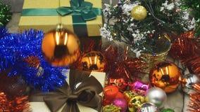 Ciérrese para arriba del árbol de navidad adornado con los regalos almacen de metraje de vídeo