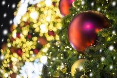Ciérrese para arriba del árbol de navidad adornado con rojo y la bola del oro con imagenes de archivo