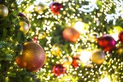Ciérrese para arriba del árbol de navidad adornado con rojo y la bola del oro con fotos de archivo
