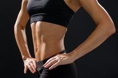 Ciérrese para arriba del ABS femenino atlético en ropa de deportes Fotografía de archivo